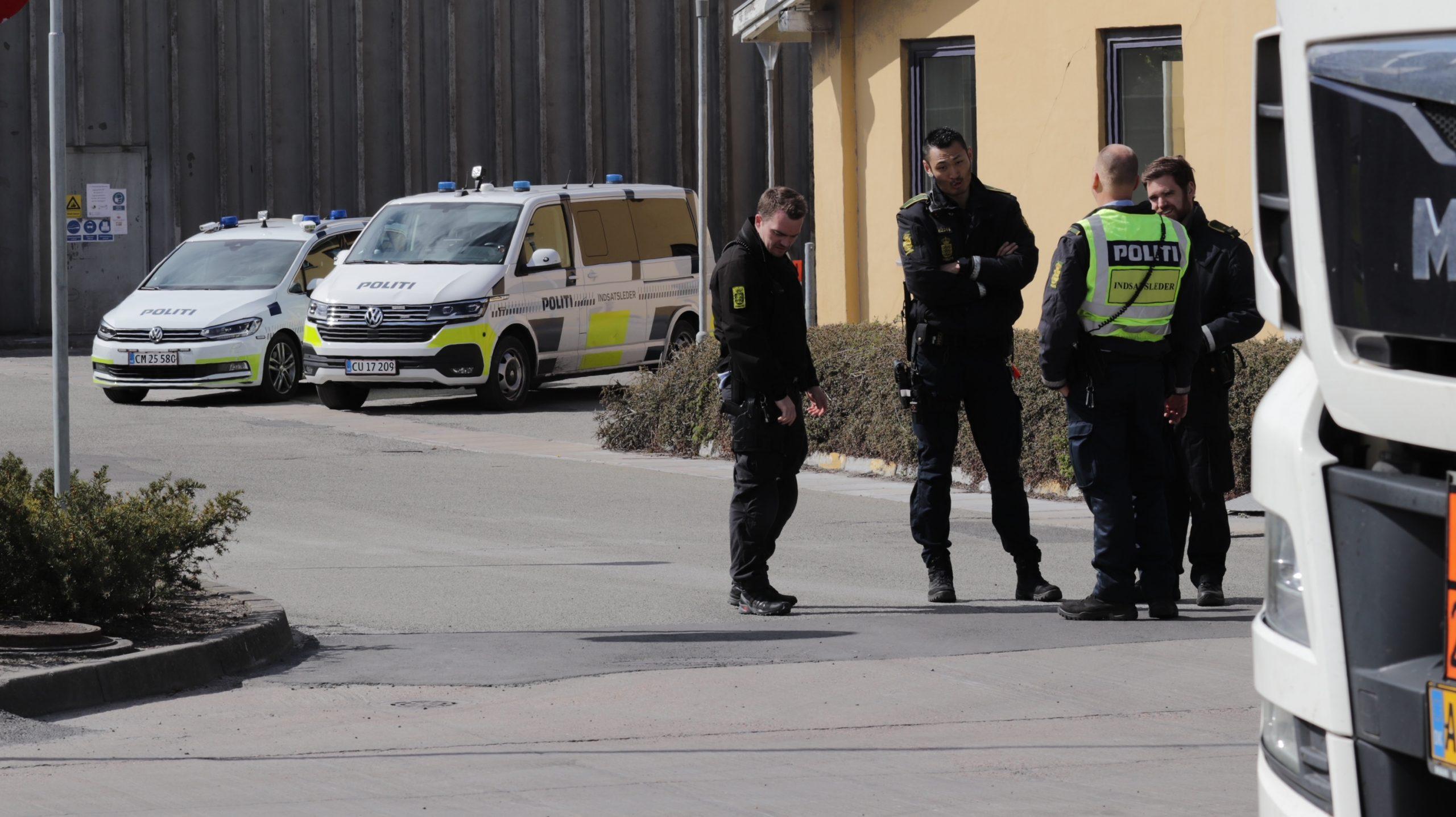 Flere har lænket sig fast til et hegn: Demonstranter blokerer indgangen til Aalborg Portland