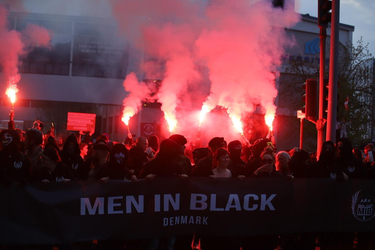 Op mod 300 personer deltog: Sådan forløb Men in Black-demonstrationen i Aalborg