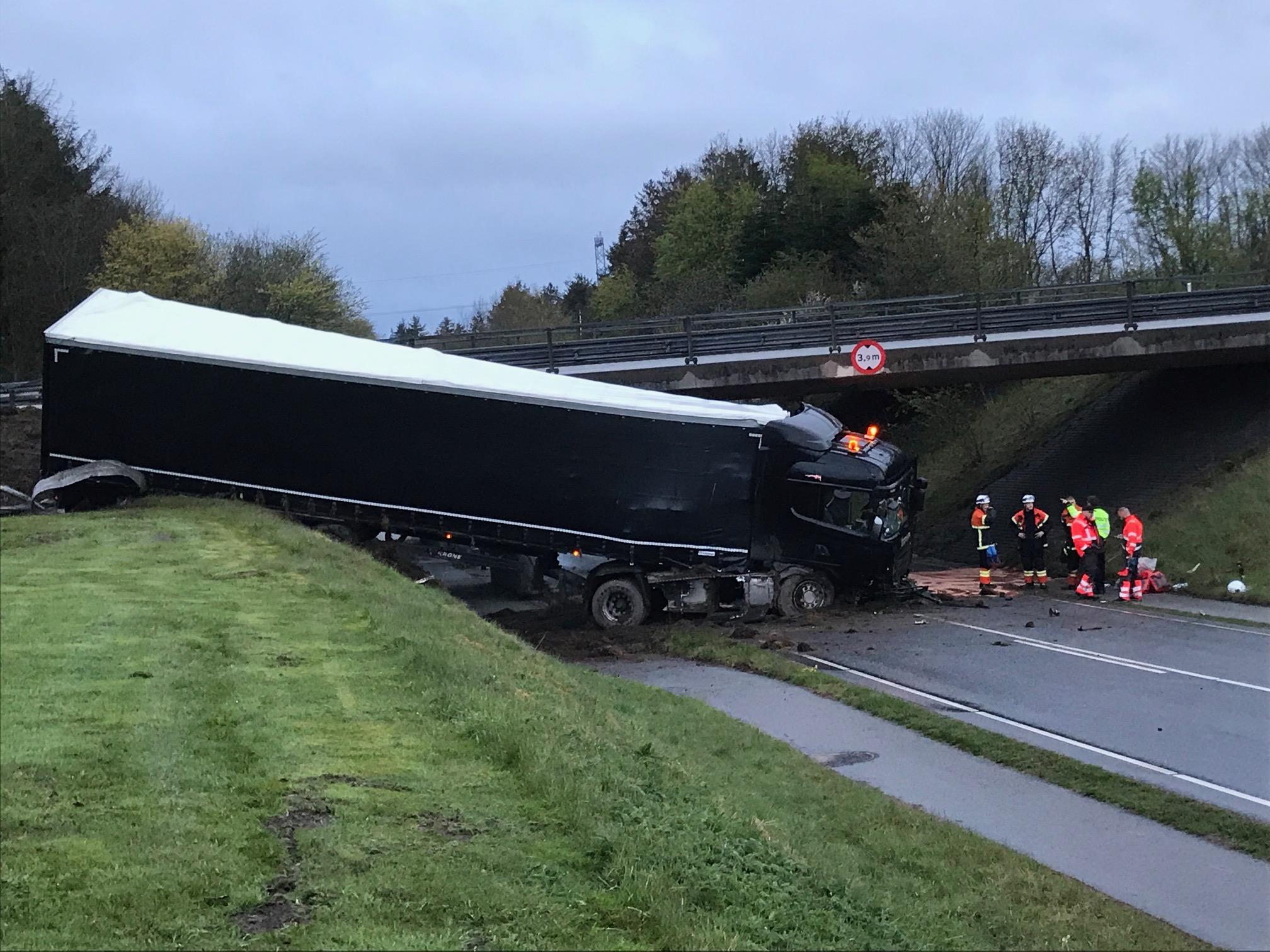 Vildt syn: Stor lastbil kørt ud over motorvejsbro syd for Aalborg