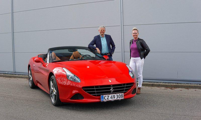Lars og Margrethe foran en af bilerne i selskabet