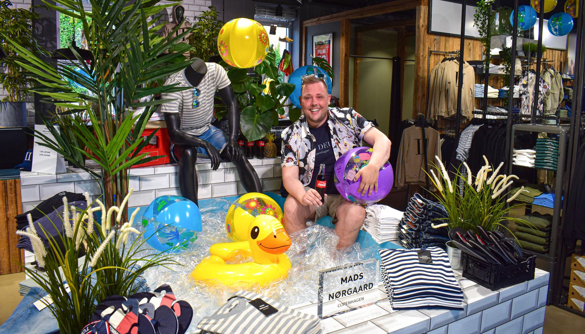 Vanvittig sommerstemning: MATHstore har bygget en swimmingpool i butikken