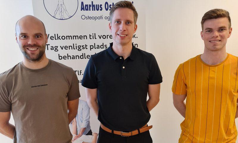 Behandlerteamet i Aarhus Osteopati Aalborg er i midten: Casper Svinth Nedergaard,derudover Kristian Kruse Lenz og Mathias Haubro.