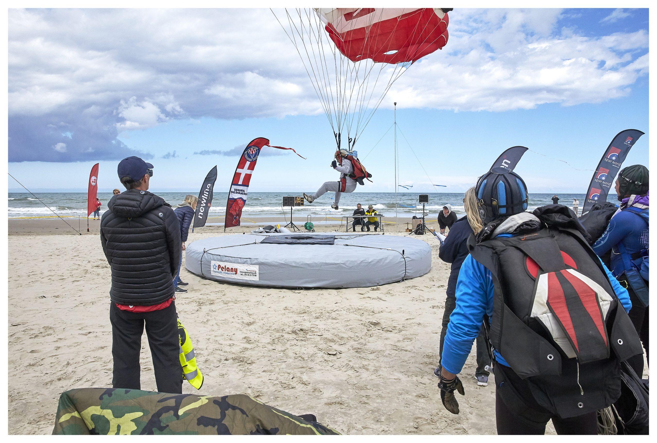 Spektakulært syn: Verdens bedste faldskærmsudspringere dyster ved Blokhus Strand