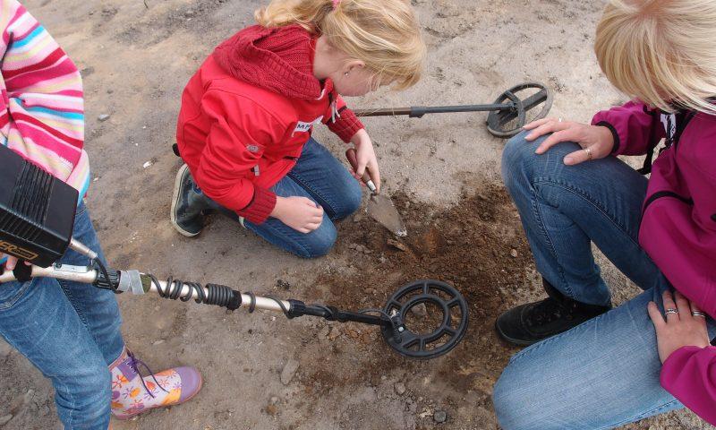Under Historisk Festival kan børn i alderen 8-13 år prøve at være arkæolog for en dag og blandt andet lede efter fund med metaldetektor. Foto: Nordjyske Museer