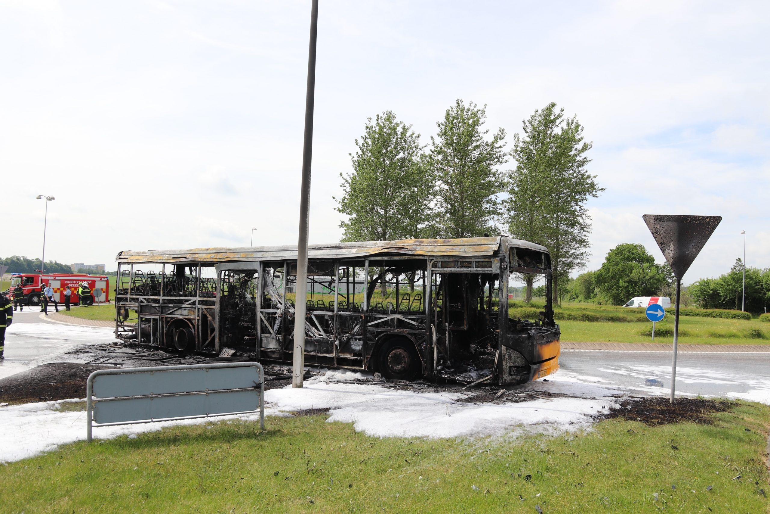 Voldsom brand i bybus: Politi og beredskabet er talstærkt til stede