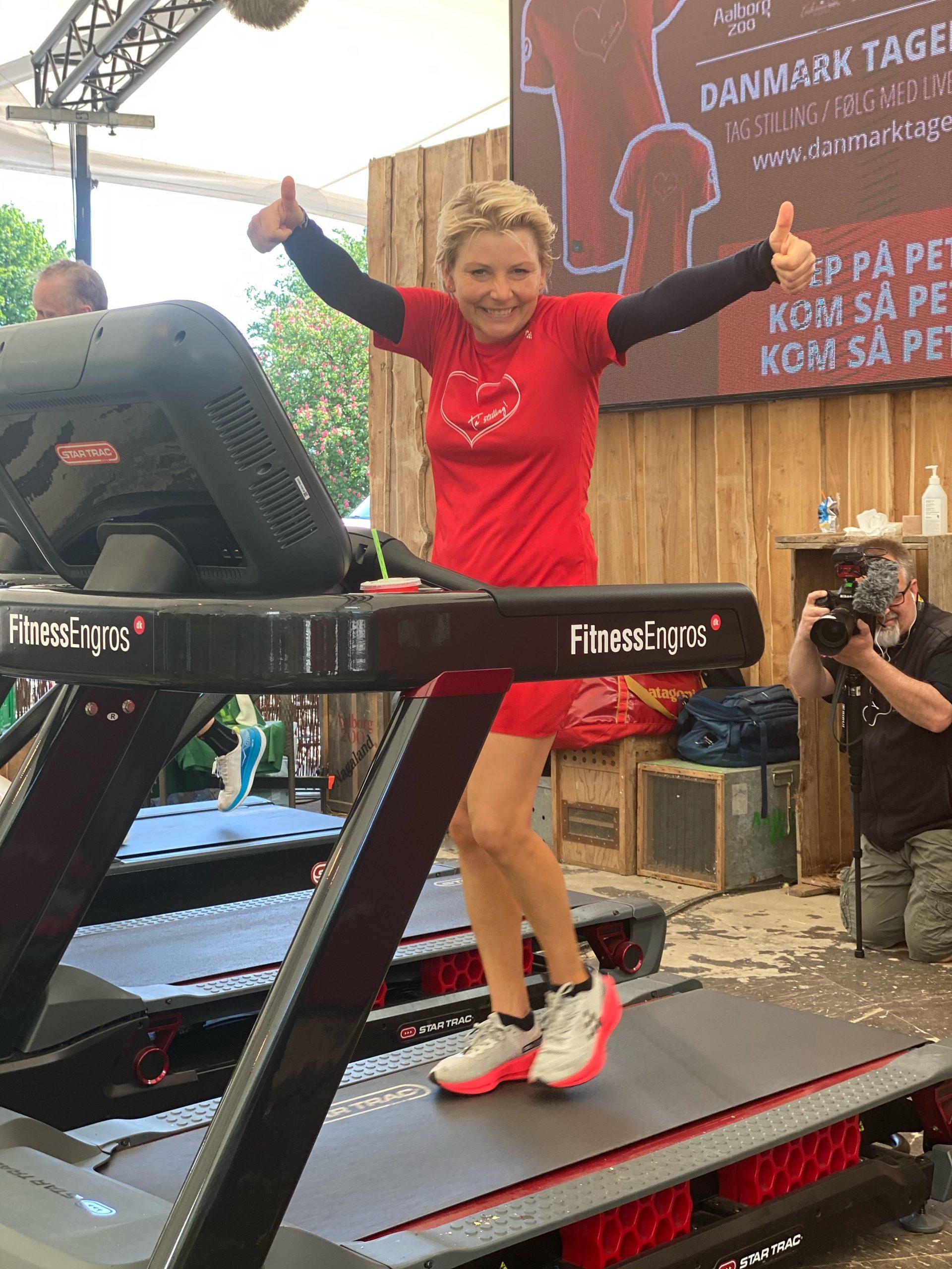 Vanvittig Danmarksrekord: Stine Rex løb 222 km på 24 timer på løbebånd