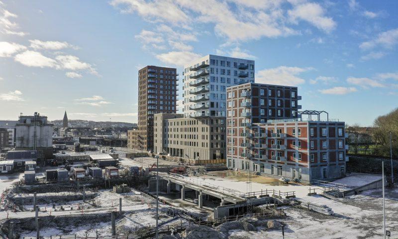 Nye moderne højhuse skyder op på den gamle Spritfabrikgrund. Lige ud til havnefronten og med en fantastisk historie at bygge videre på.   Erik Fals A/S har stået for at installere Siedle dørtelefoner og låse.