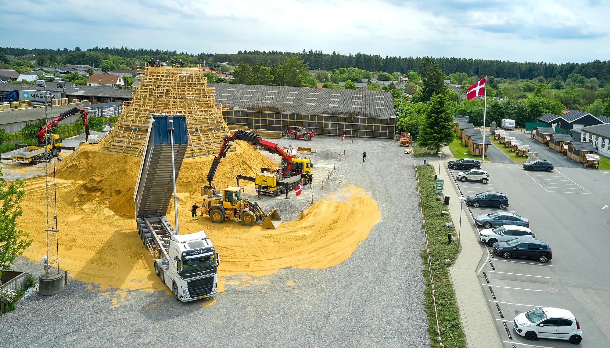 Står færdig i juli: Verdens største sandslot opføres i Blokhus