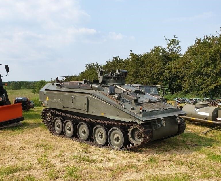 Den må du eje: Nu kan du købe en militærvogn med kanon på auktion