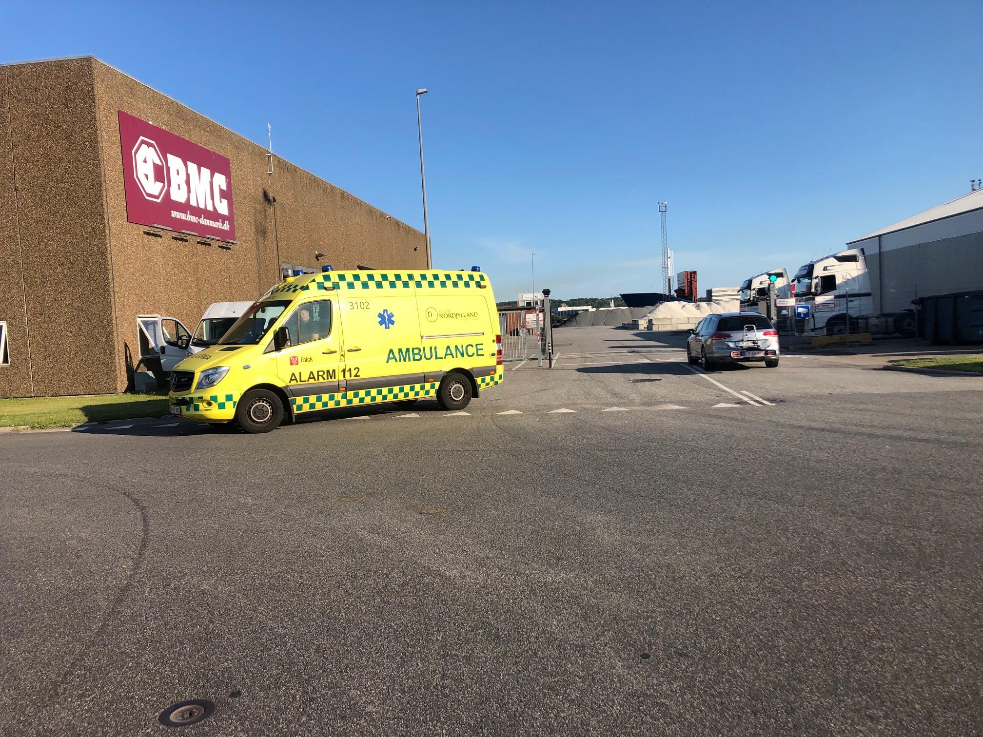 Arbejdsulykke i Aalborg: Mand kørt til hospital efter at blive ramt af gods