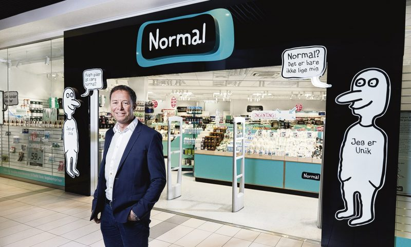Adm. direktør Torben Mouritsen foran en af de mange Normal butikker