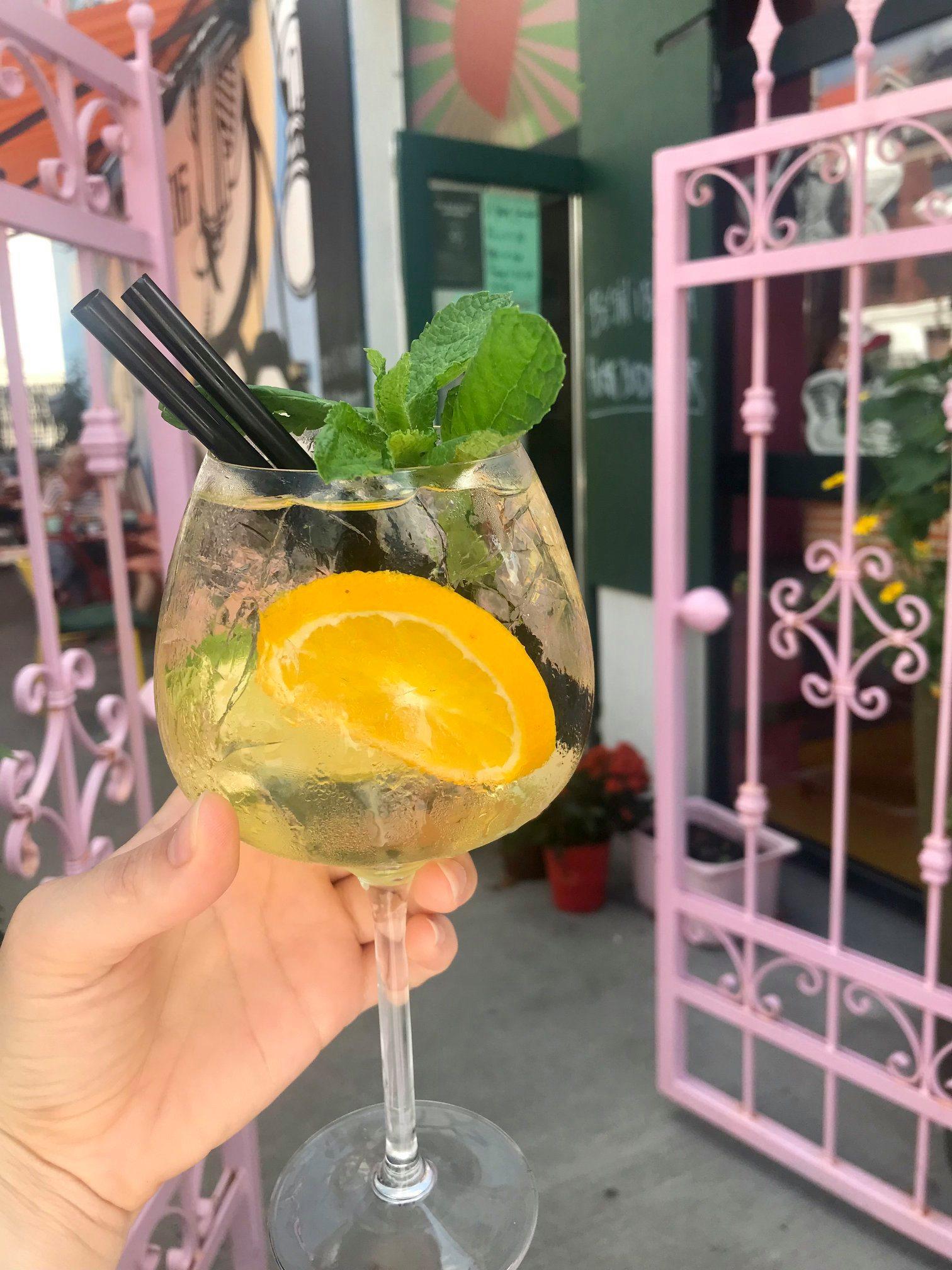 Drinks, hotdogs og godt humør: Kom til fed fredagsbar på Café Ulla T