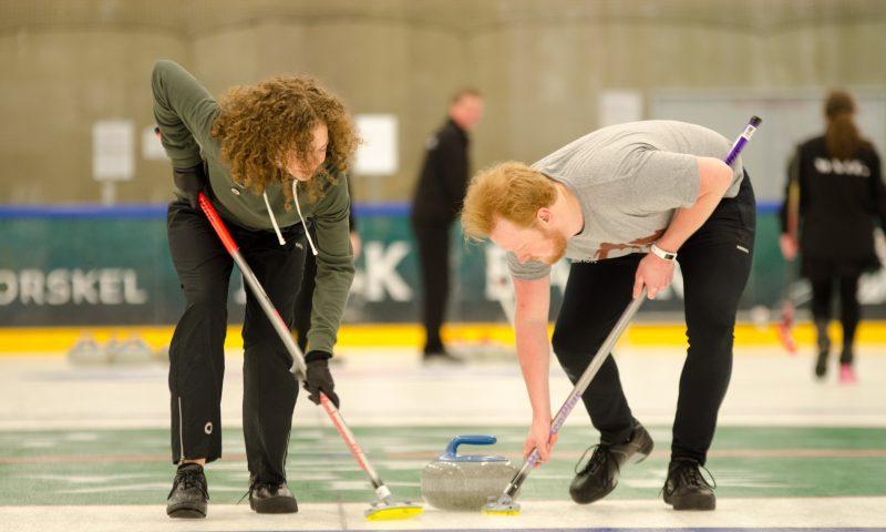 Fra 8. september kan du følge et særligt Curling- kursus i Gigantium og prøve kræfter med den kendte OL-sport. Foto: Aalborg Curling Club