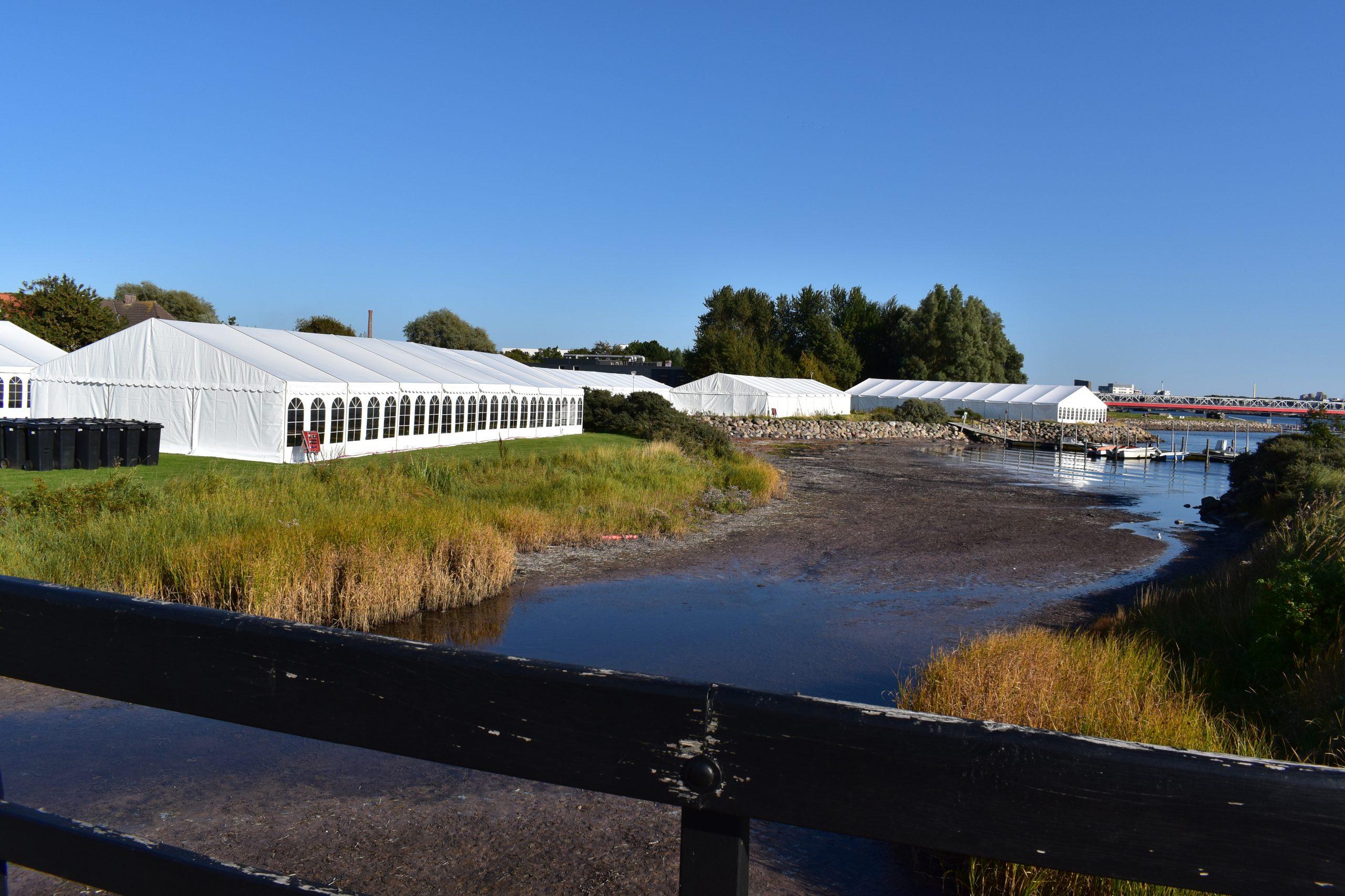 Har du set de mange hvide telte?: Tusinder samles til DHL-stafet i denne uge