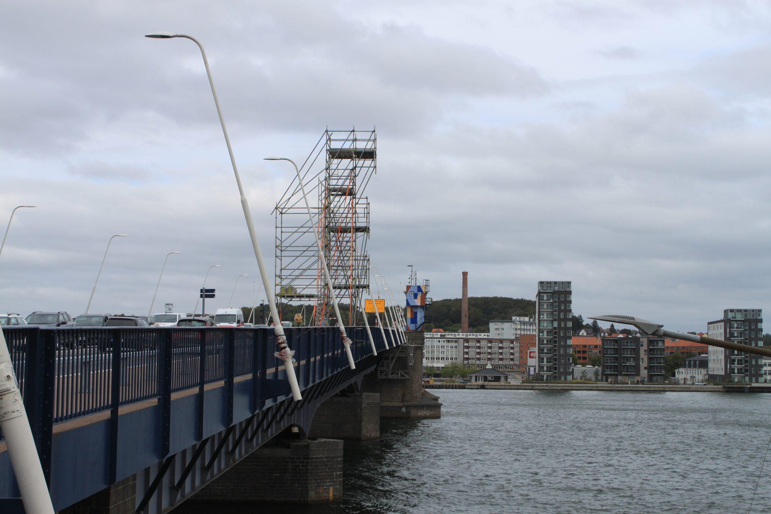 Spektakulært syn i vente: Derfor står der et kæmpe stillads på Limfjordsbroen
