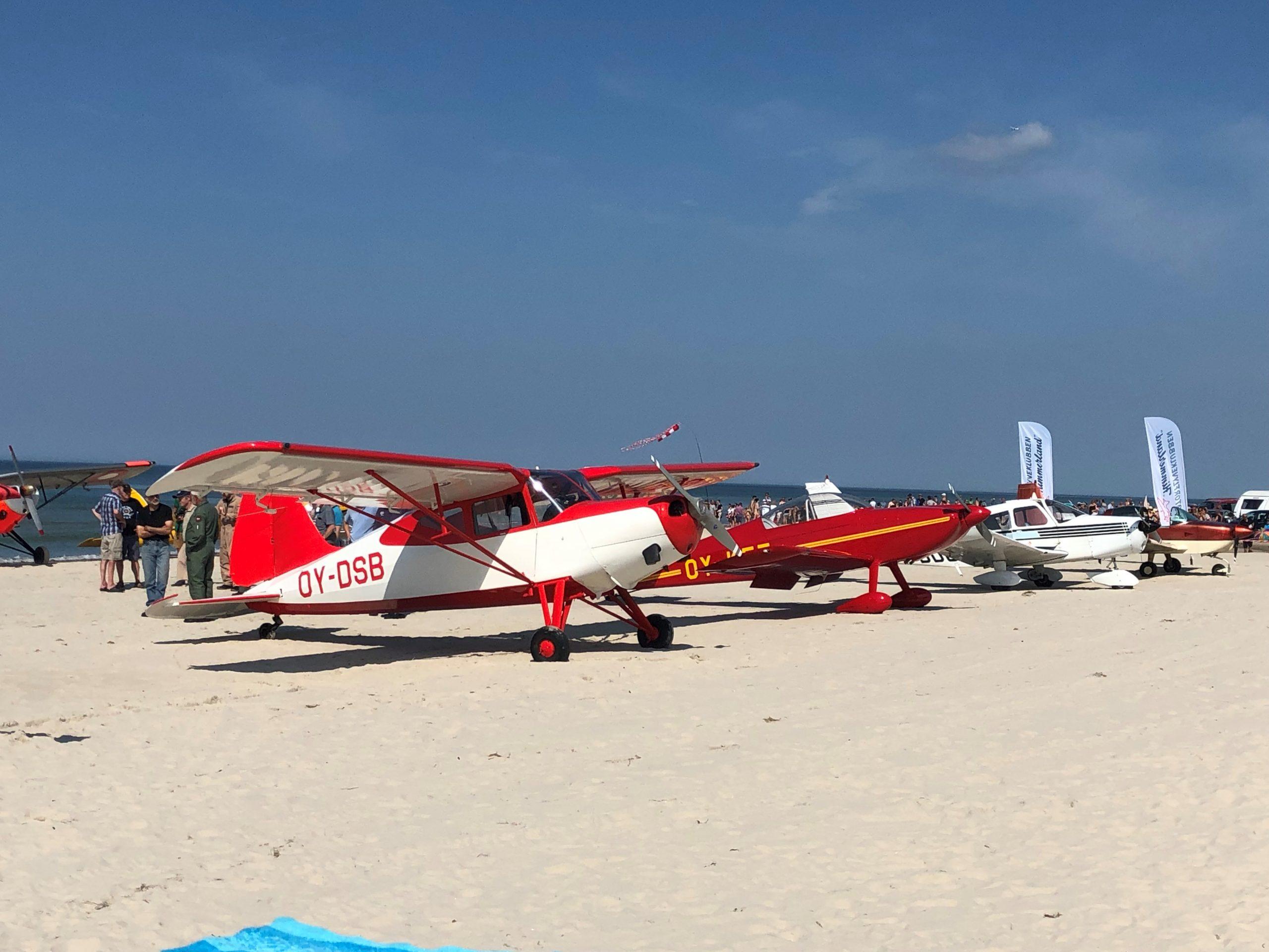 Højtflyvende oplevelse: Flotte veteranfly lander på Blokhus Strand