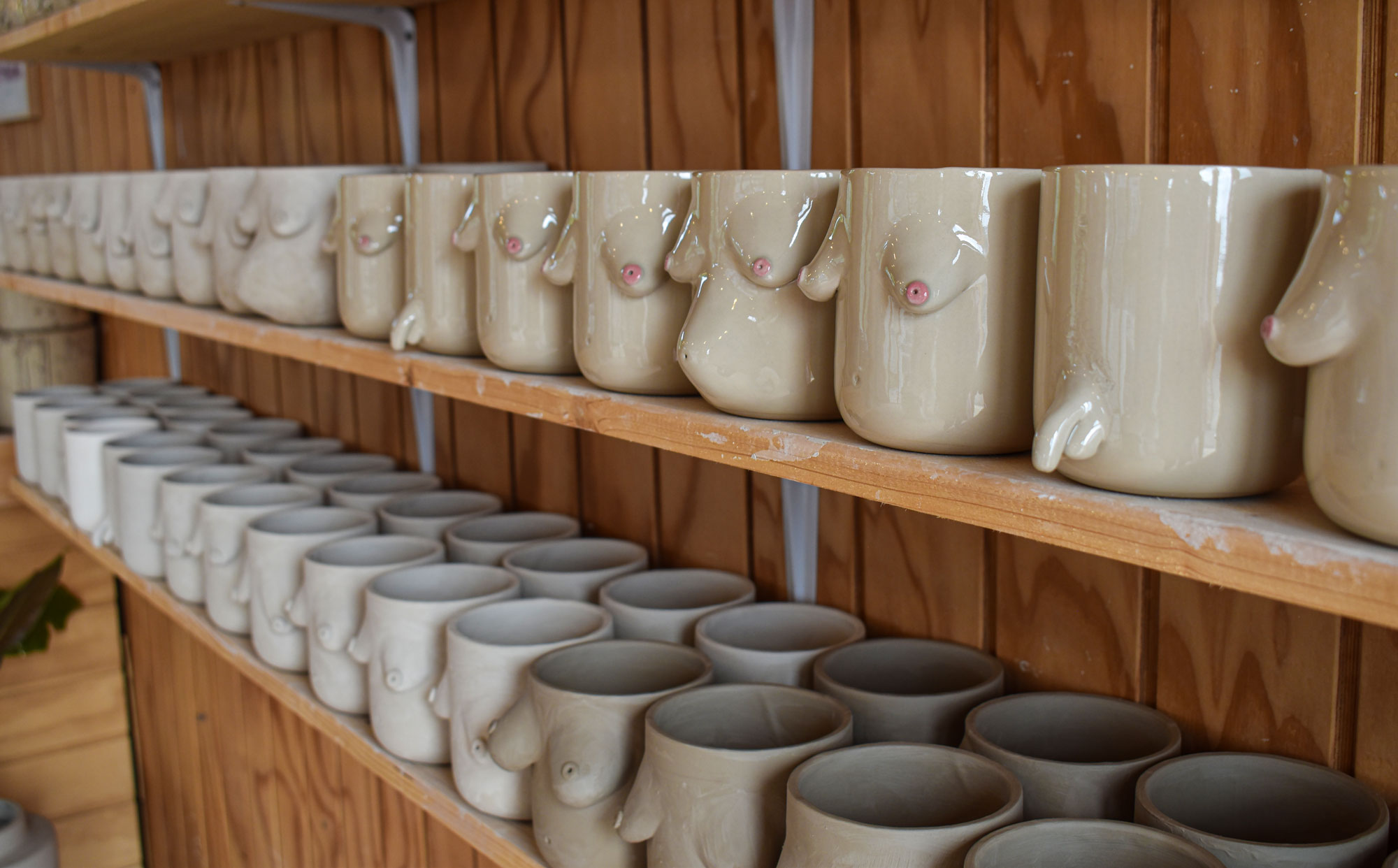 Bryster, kaffe og fjordudsigt: Ny keramikcafé er åbnet i Aalborg