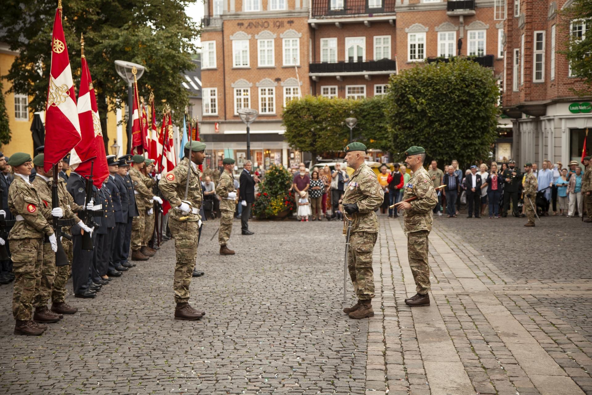 Byen fyldes med soldater: Stor militærparade og march i Aalborg