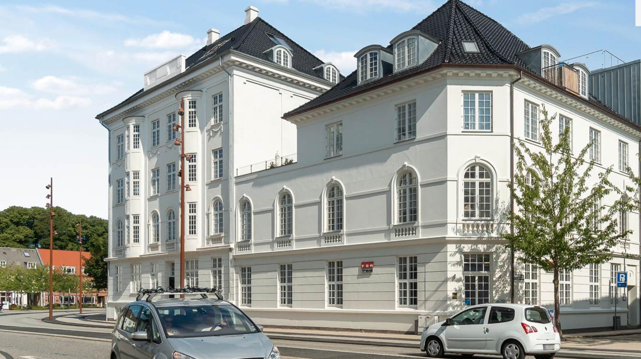 Dit helt eget palæ midt i byen: Kendt Aalborg-ejendom er sat til salg