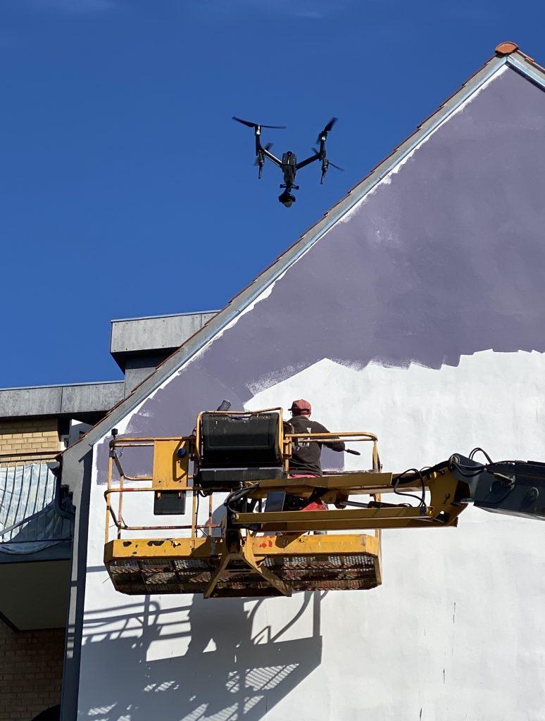 Ny street art spottet: International kunstner maler nyt gavlmaleri i Aalborg