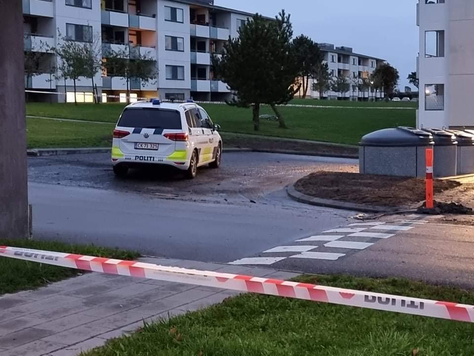 Politiet er rykket massivt ud: Kvinde dræbt af skud i Aalborg