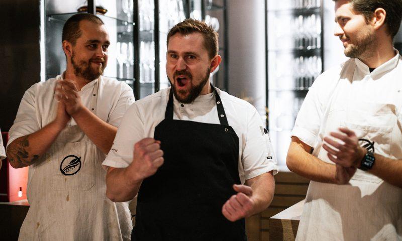 FotO: Mikkel Barkler / HimmerLand).  HimmerRig-køkkenchef Mads Kongsgaards reaktion da afgørelsen offentliggøres. Til venstre køkkenchef Søren Birch fra den anden finalist, Alimentum.