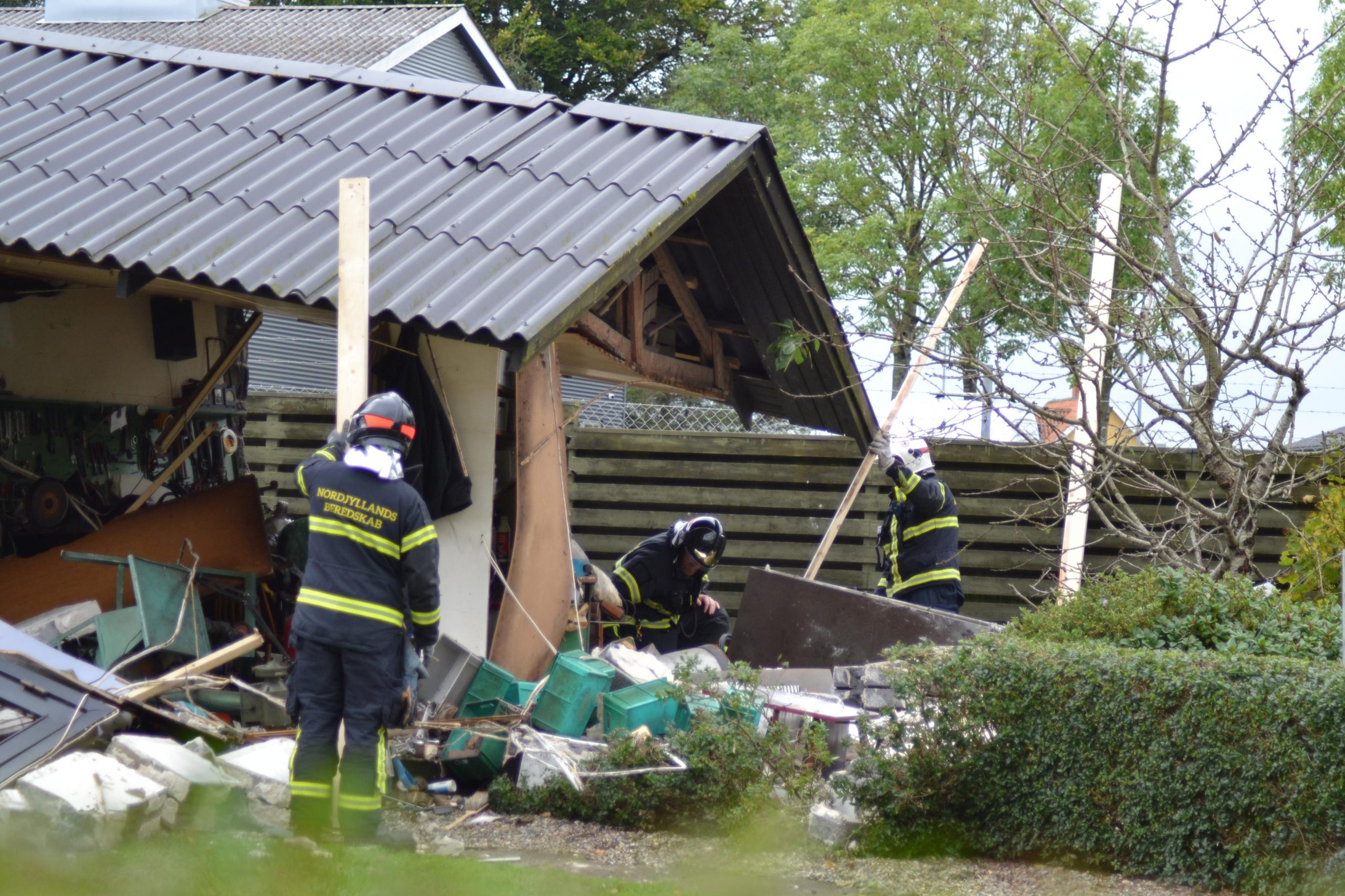 Kraftig eksplosion i hus: Mand er kørt på hospitalet