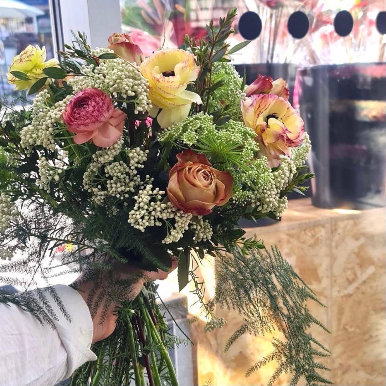 Smukke buketter til skarpe priser: Magasin Flowers rykker ind i Aalborg